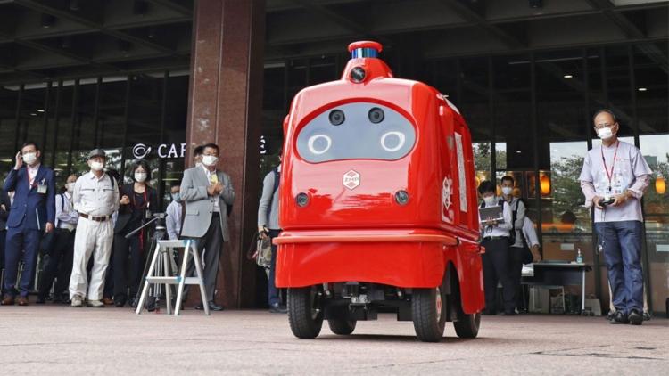 A Tokyo arriva il 'robot postino' che consegna pacchi durante la pandemia